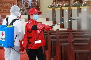 PMI bersama TNI dan Semprotkan Disinfektan di Tomohon