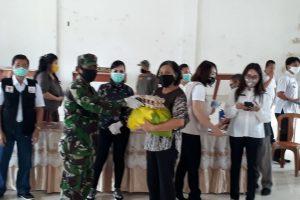 TNI-POLRI Dampingi Penyaluran Bansos Pemkot di Tomohon Selatan