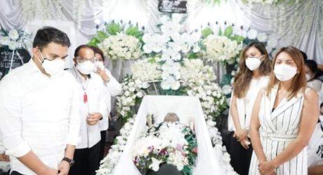Bupati ROR dan keluarga Hantar Almarhum Richard Lumanauw Sampai Ke Pemakaman