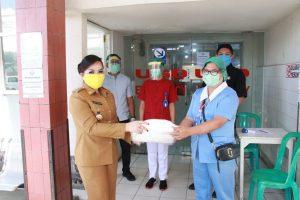 Wawali Tomohon Bagikan Masker dan Hand Sanitizer bagi Petugas Pelayanan Publik
