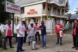 Aksi Nekat Demi Kemanusiaan DPD TMP Sulut dan Satgas Covid-19 VaSung Semprot Rumah Positif Virus Corona di Pineleng Raya